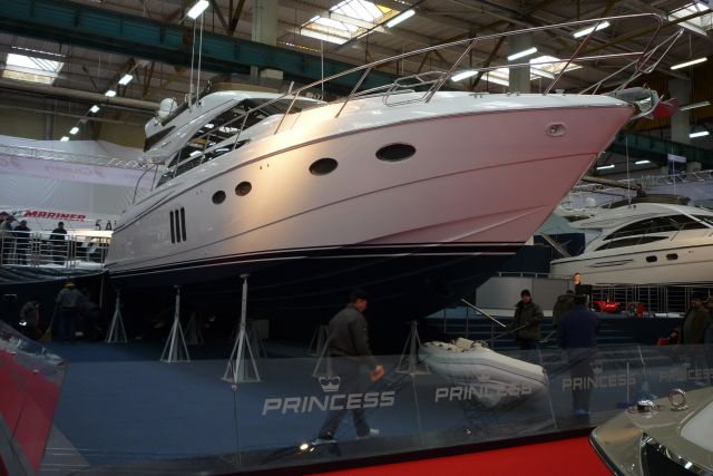 Cea mai scumpă, şi probabil vedeta salonului, este yachtul Princess 54, ...