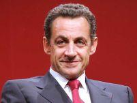 """Din nou """"pe picior greşit"""". Sarkozy a fost prins uitându-se în decolteul unui manechin (VIDEO)"""