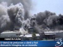 Spectacol de foc în SUA. O fabrică a ars sub ochii pompierilor (VIDEO)