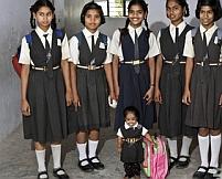 Cea mai mică fată din lume: Jyoti măsoară 60 centimetri la 15 ani (FOTO)