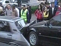 Un şofer a rănit doi oameni şi a distrus cinci maşini, încercând să iasă din parcare