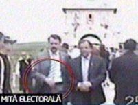Liderii partidelor politice din Suceava împart bani la biserică
