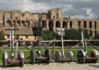 La Roma turiştii pe trotinete sunt coordonaţi de o româncă
