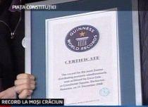 Romanii au doborat recordul mondial pentru marsul celor mai multi Mosi Craciun care impart cadouri