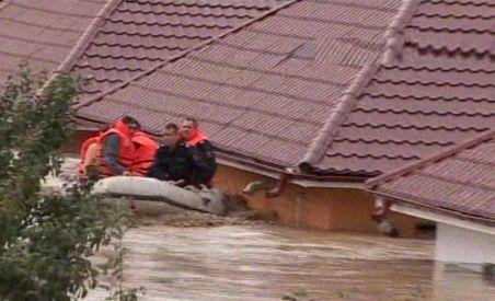 Inundaţii la Bacău, în urma ploilor torenţiale: Un om a murit,  peste 100 de familii, evacuate şi drumuri închise (VIDEO)
