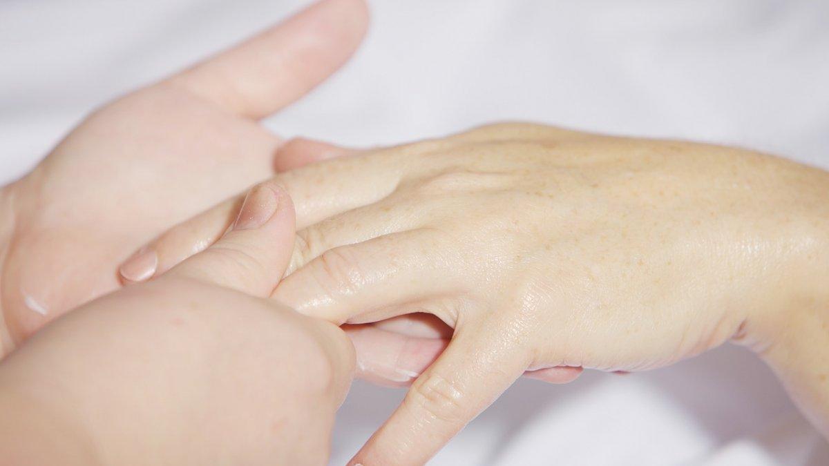 Îți amorțește mâna? Uite ce afecțiuni poți avea!