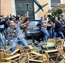 Lupte de stradă în Italia la mitingurile de protest contra reformei în învăţământ (VIDEO)