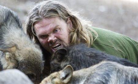 În Premieră: Omul care trăieşte şi vânează cot la cot cu lupii