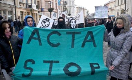 Cluj-Napoca: Peste o sută de persoane protestează faţă de ACTA în Piaţa Unirii