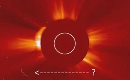 Um OVNI gigantesco filmado perto do Sol
