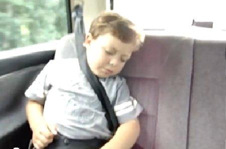 Cel mai amuzant mod de a trezi un copil. A devenit vedetă pe internet pentru modul cum reacţionează