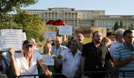 Protest în faţa Curţii Constituţionale. Oamenii cer validarea referendumului şi demiterea lui Băsescu