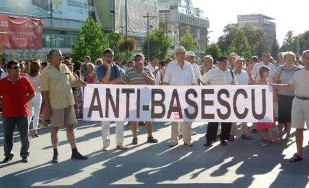 """Protestatarii au scandat la nunta Elenei Băsescu: """"Băsescu la puşcărie"""", """"Demisia"""", """"Hoţii"""""""