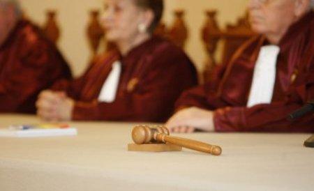 Mobilier cu foiţe de aur şi cu inserţii de piele naturală pentru judecătorii CCR