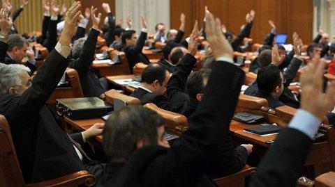 Românii n-au bani să-şi plătească dările către stat, parlamentarii se lăfăie în delegaţii EXOTICE de mii de lei