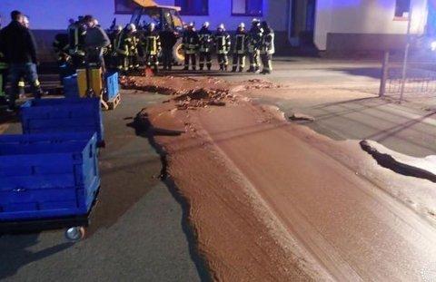 """O stradă din Germania a fost """"inundată"""" de un râu de ciocolată. Pompierii au oprit..."""