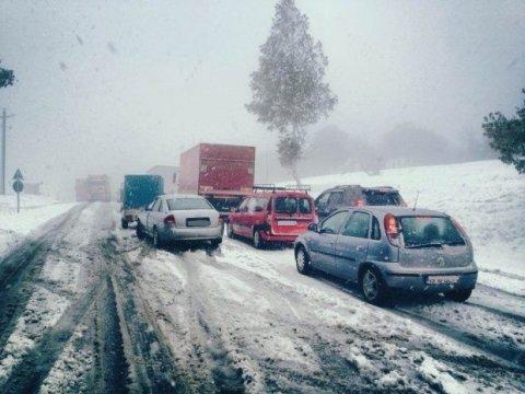 Codul portocaliu de ninsori a fost prelungit. Mai multe accidente din cauza zăpezii. Un aeroport a...