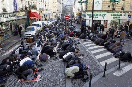 Occidentalii e tampiti!!! Rugaciunea-interzisa-pe-strazile-din-paris-ministrul-de-interne-strazile-sunt-pentru-sofat-nu-pentru-rugat-107992