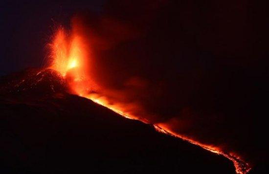 """Trei """"guri de foc"""" s-au deschis în Italia. Imagini spectaculoase cu o erupţie extrem de violentă 3"""