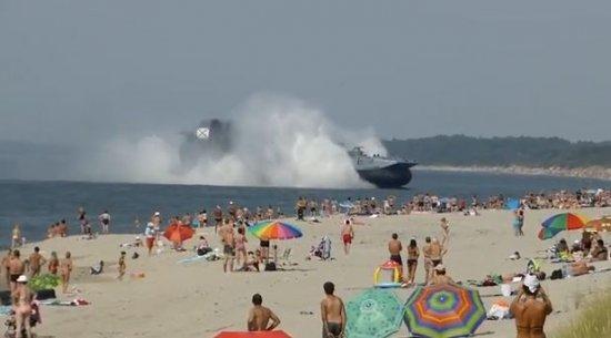 Turiştii care făceau plajă pe litoral au încremenit când au văzut ce se apropie de ţărm. Care e explicaţia Ministrului Apărării 442