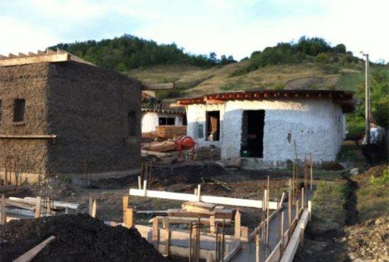Mini-sat cu locuinţe eco, în apropierea Vulcanilor Noroioşi. Casele sunt făcute din lut, au ferestre din parbrize şi acoperişuri cu iarbă 407
