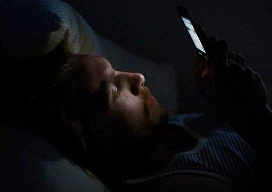 """Ce se întâmplă dacă dormi cu telefonul mobil în cameră. """"Este o pantă alunecoasă"""" 442"""