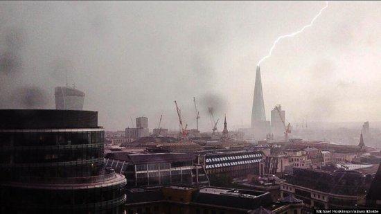Imaginea care le-a dat fiori celor care au asistat la fenomen. Cea mai înaltă clădire din Europa, lovită de trăsnet 442