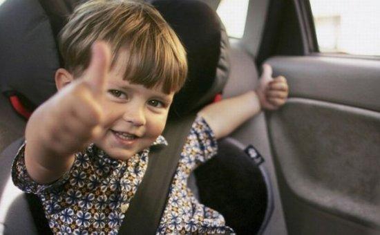 Codul Rutier, modificat. Amenzi mari pentru şoferii care nu transportă copiii cu centură de siguranţă sau în scaune speciale 407
