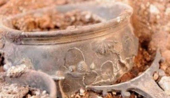 """O comoară URIAŞĂ, descoperită în România. """"Era îngropată 15 cm sub pământ. Am rămas mut când mi-am dat seama pe ce-am pus mâna"""" 442"""