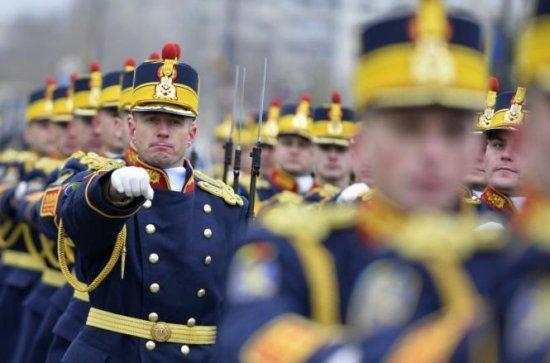 Băsescu a sosit la parada militară, de 1 Decembrie. Peste 2.700 de militari defilează în Piaţa Constituţiei. 21 de salve de tun, de Ziua Naţională 418