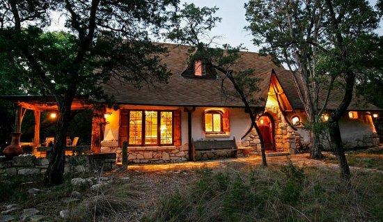 """Proiect UNIC în România. Aşa arată casa care costă 1000 de EURO. """"E rezistentă la cutremure şi nu ia foc"""" 442"""