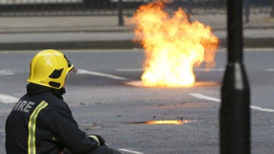 Flăcări uriaşe au ieşit din subteranul Londrei. Centrul capitalei, cuprins de un fum dens 442