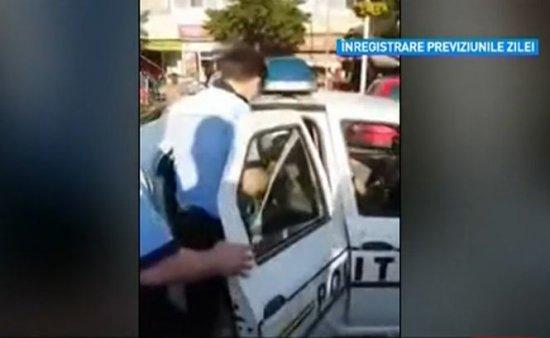 Doi poliţişti, filmaţi în timp ce au bruscat două fete minore 407