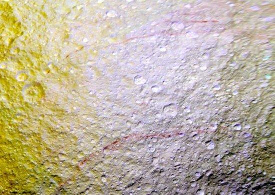 Descoperire surprinzătore pe unul dintre sateliţii planetei Saturn 407