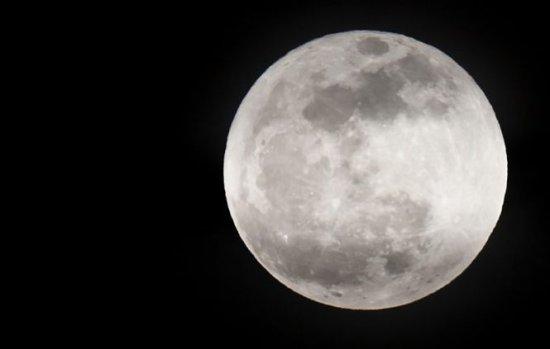 Fenomenul bizar care se petrece pe Lună din cauza influenţei Pământului 132