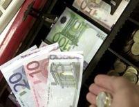 Euro a depăşit pragul de 3,5 lei şi a atins un nou record în faţa dolarului