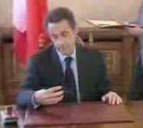 """Sarkozy, vedetă pe YouTube. Preşedintele Franţei """"împrumută"""" stiloul lui Băsescu <font color=red>(VIDEO)</font>"""