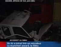 Sibiu. Un tir a intrat într-un microbuz cu muncitori <font color=red>(VIDEO)</font>