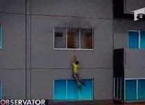 O bucureşteancă a coborât de la etajul patru pe un cablu, pentru a scăpa din incendiu (VIDEO)