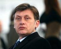 Antonescu: Nu avem nevoie de un premier ?maimuţoi? şi de un preşedinte ce tunde oi