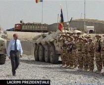 """Ceremonie de încheiere a misiunii militarilor români în Irak. Băsescu, înlăcrimat: """"Misiune îndeplinită!"""""""