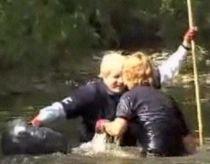 Zi cu ghinion. Primarul Londrei a căzut în râul pe care încerca să îl cureţe de deşeuri (VIDEO)