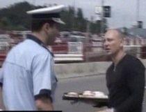 Protest inedit. Un braşovean a împărţit gogoşi şoferilor, pentru că nu i se respectă dreptul la proprietate (VIDEO)