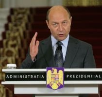 """Băsescu nu a comentat anunţul lui Geoană ca să nu se amestece în """"declaraţii cu şefii de partide"""""""