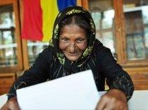 Imaginea României, după europarlamentare: Bătrână de etnie romă şi Elena Băsescu (FOTO)