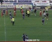 Meciul Dinamo-FC Argeş, întrerupt din cauză că fanii dinamovişti au intrat pe teren (VIDEO)