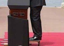 Nicolas Sarkozy s-a ?căţărat? pe podium ca să ajungă la microfon (FOTO)