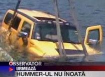 Hummer-ul amfibie. Şoferul unei maşini de teren a plonjat în Dâmboviţa (VIDEO)