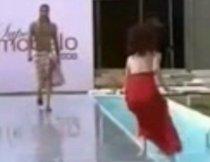 Model la apă. A căzut în piscină în timpul unei prezentări de modă (VIDEO)