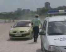 Amenzile nu îi sperie pe români. Şoferii fac slalom printre umbrelele de pe plajă (VIDEO)